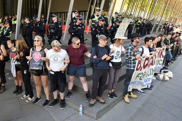 지난주 멜버른에서 석탄회의장 입구를 시위대가 막고 있다/사진=Getty
