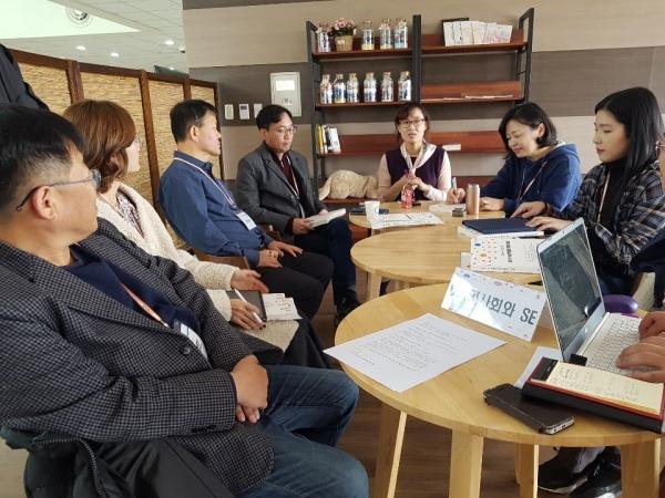 28일 활동가 대회에서 '시민사회와 사회적 경제, 변혁적 상상력과 이론'을 주제로 토론중인 참가자들.