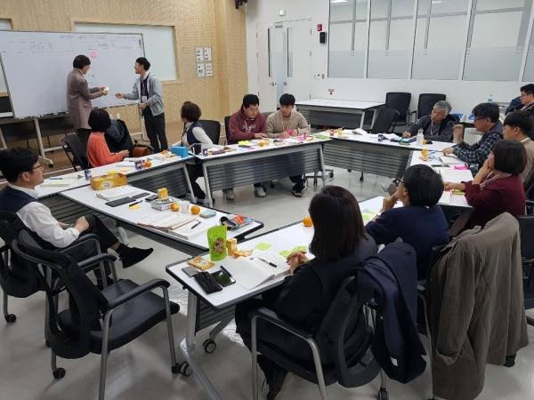 28일 활동가 대회에서 '사회적 경제 거버넌스 형성방안'을 주제로 토론중인 참가자들.