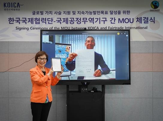 한국의 이미경 KOICA 이사장(왼쪽)과 독일의 다리오 소토 아브릴 FI 대표가 지난 1일 온라인을 통해 MOU 체결식을 열었다./사진제공=KOICA